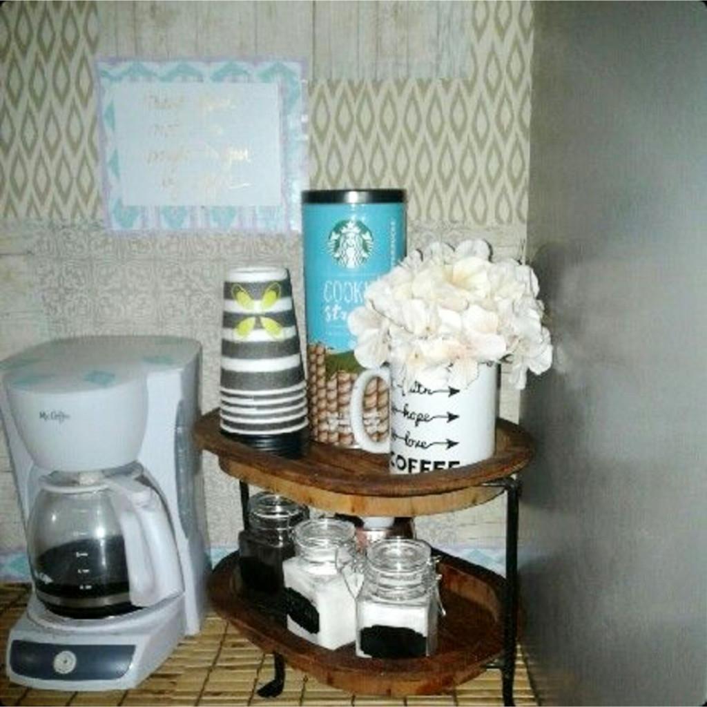 Small apartment kitchen coffee area idea #kitchenideas #diyroomdecor #homedecorideas #diyhomedecor #farmhousedecor